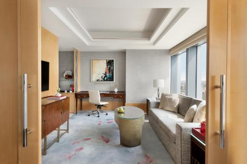 A seating area at Jing An Shangri-La, West Shanghai