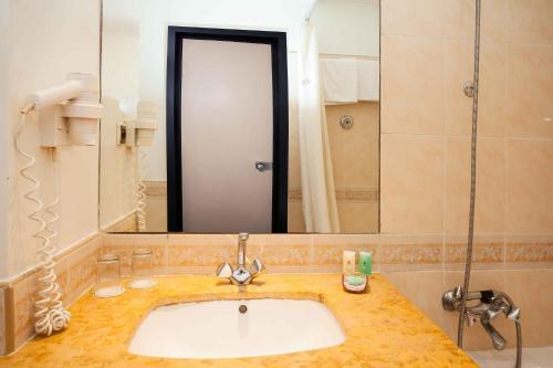 A bathroom at Atlas Almohades Casablanca City Center