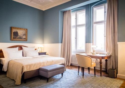 Giường trong phòng chung tại Henri Hotel Berlin Kurfürstendamm