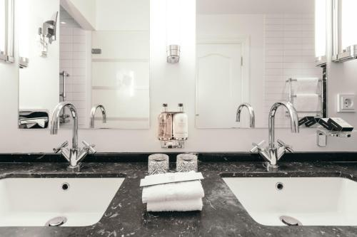 A bathroom at Hotel Borg by Keahotels