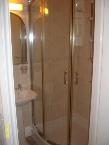 A bathroom at Kelvin House