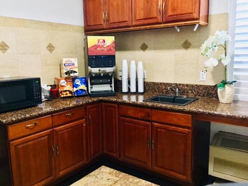 A kitchen or kitchenette at Motel 6-Inglewood, CA
