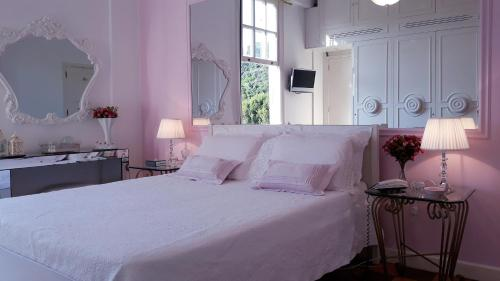 A bed or beds in a room at Palácio Quitandinha Espetacular Apartamento com Vista para o Lago
