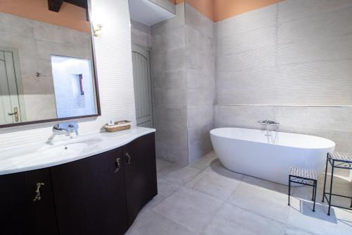 A bathroom at Posada Los Condestables Hotel & Spa