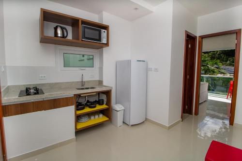 A kitchen or kitchenette at Bella Vida Suites e Apartamentos