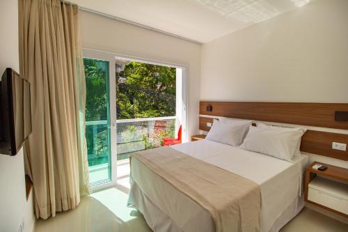 A bed or beds in a room at Bella Vida Suites e Apartamentos