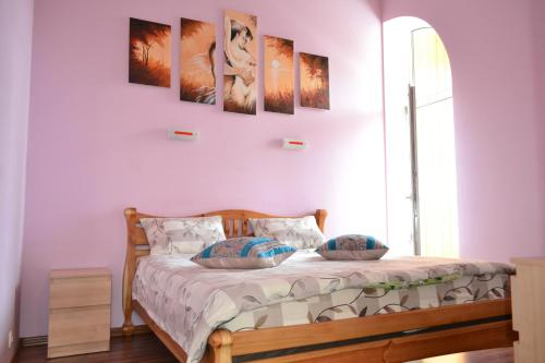 A bed or beds in a room at Apartment on Shevchenka Boulevard
