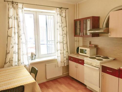 Кухня или мини-кухня в Apartments on Fedora Abramova 16