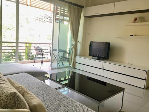 Телевизор и/или развлекательный центр в Royal Kamala Phuket
