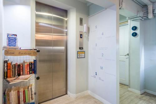 A kitchen or kitchenette at Kinnon Deluxe Hostel Coworking Cafe