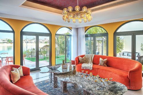 A seating area at Dream Inn - Palm Island Retreat Villa