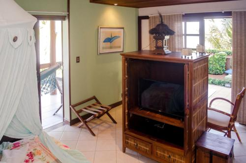 A television and/or entertainment center at Hotel Porto do Zimbo