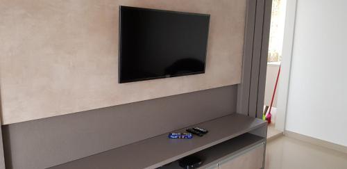 Una televisión o centro de entretenimiento en Cobertura em Centrinho