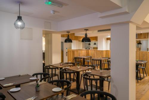 Ein Restaurant oder anderes Speiselokal in der Unterkunft Pelican London Hotel and Residence