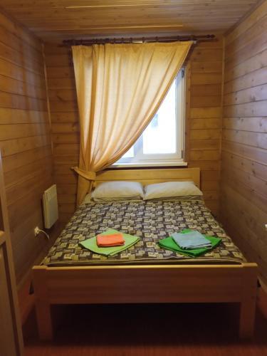 Кровать или кровати в номере Зоокомплекс Три Медведя