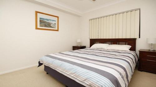 A bed or beds in a room at Amalfi Unit 11, - Above All Else - 50 King Street