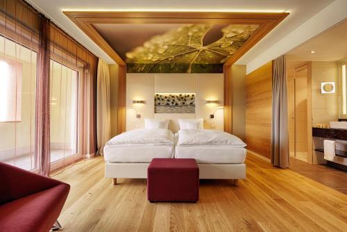 A bed or beds in a room at Kaisergarten Hotel & Spa Deidesheim