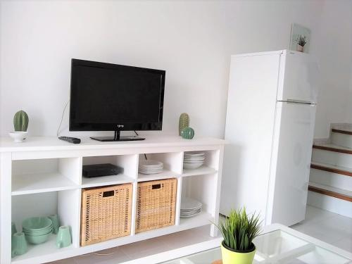 A television and/or entertainment centre at Bungalow Duna Flor Maspalomas