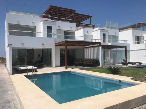 The swimming pool at or close to Casa 33 Sotavento Paracas