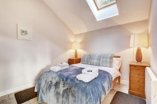 A bed or beds in a room at Llety Tyn y Coed