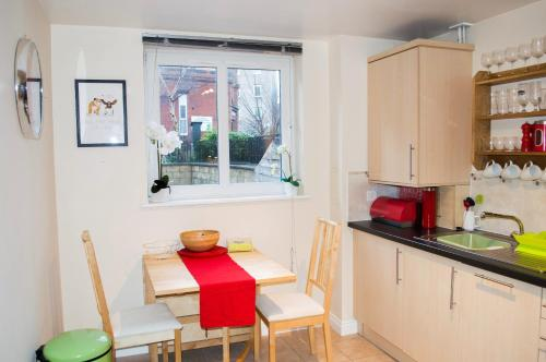 A kitchen or kitchenette at Bright 2 Bedroom Flat with Patio