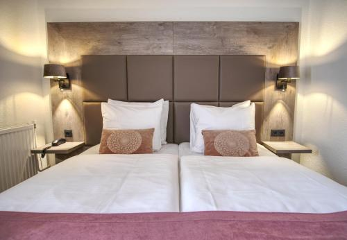 A bed or beds in a room at Hotel en Restaurant Tummers