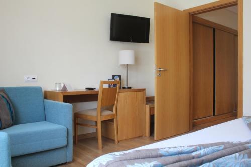 Una televisión o centro de entretenimiento en Hotel Caravelas