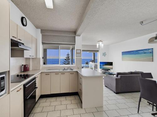A kitchen or kitchenette at Dolphin Court 5