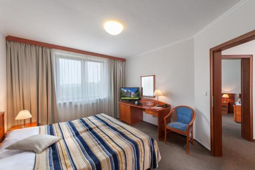 Ein Bett oder Betten in einem Zimmer der Unterkunft April hotel Panorama
