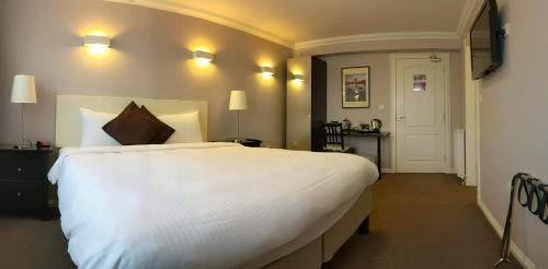A bed or beds in a room at MacLean Guest House