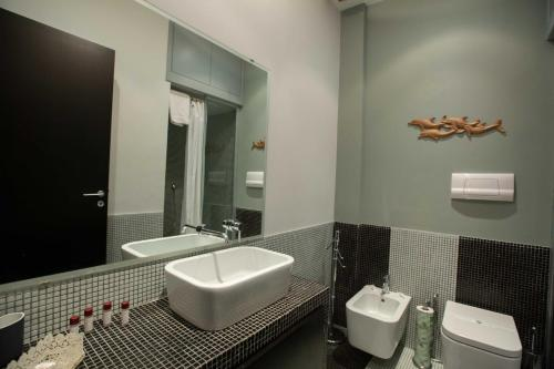 A bathroom at Two Sisters Suites by Dimorra