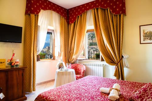 A bed or beds in a room at Hotel Il Cavalier D'Arpino