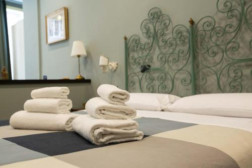 A bed or beds in a room at Two Sisters Suites by Dimorra
