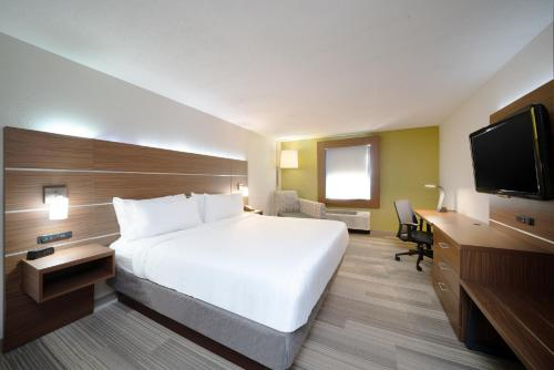 A bed or beds in a room at Holiday Inn Express Prince Frederick