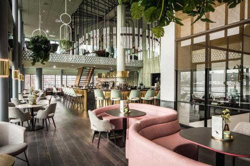 De lounge of bar bij Van der Valk Hotel Haarlem