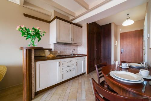 A kitchen or kitchenette at Apartamenty Portowe