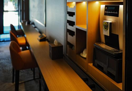 A television and/or entertainment centre at Macallum Central Hotel by PHC