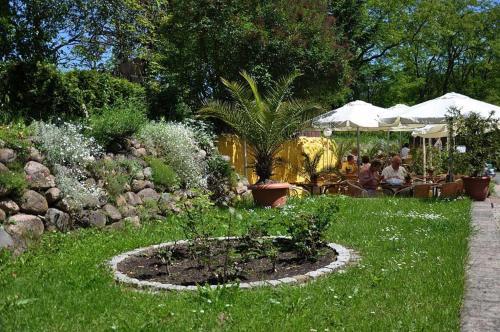 Ein Garten an der Unterkunft Hotel & Restaurant Märkische Schweiz