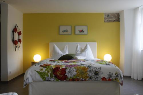 """Ein Bett oder Betten in einem Zimmer der Unterkunft Feriendomizil """"Zum Grauen Wolf"""""""