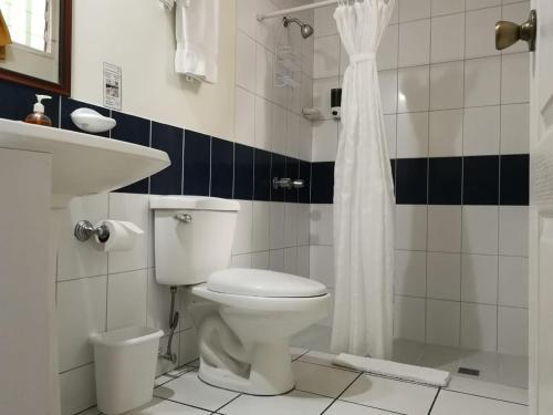 A bathroom at Hotel Villa Serena San Benito