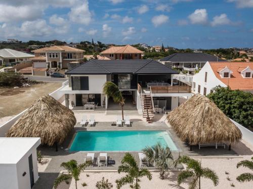 Uma vista da piscina em Hasta La Vista Royal Luxury Villa Jan Thiel ou nos arredores