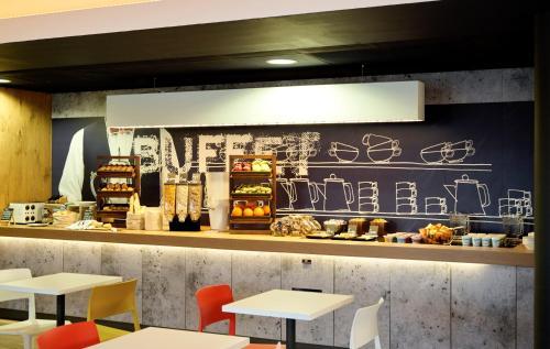 Un restaurante o sitio para comer en ibis budget Leeds Centre Crown Point Road