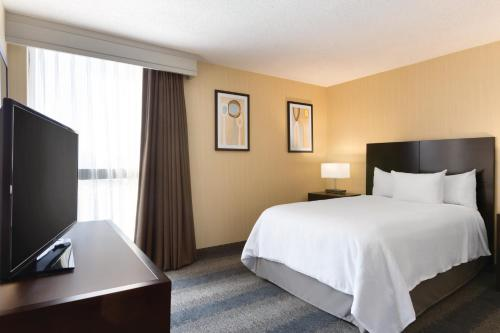 A bed or beds in a room at Embassy Suites by Hilton Bloomington/Minneapolis