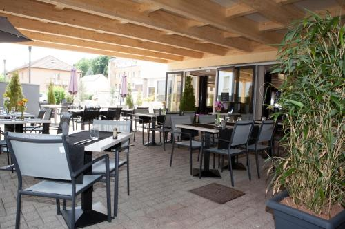 A restaurant or other place to eat at Kyriad Montbeliard Sochaux