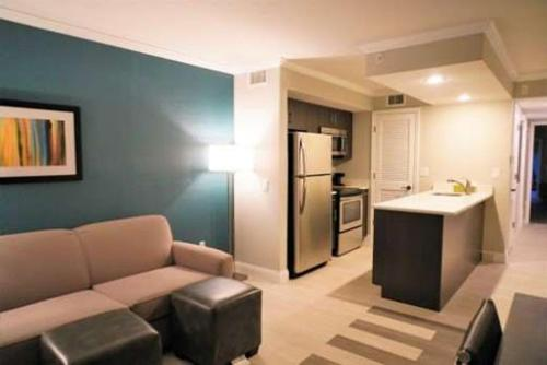 A seating area at Hawthorn Suites by Wyndham Kissimmee Gateway