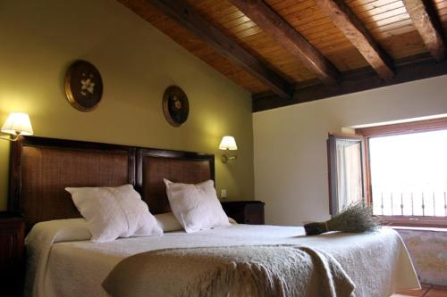 A bed or beds in a room at La Casona de Lucía