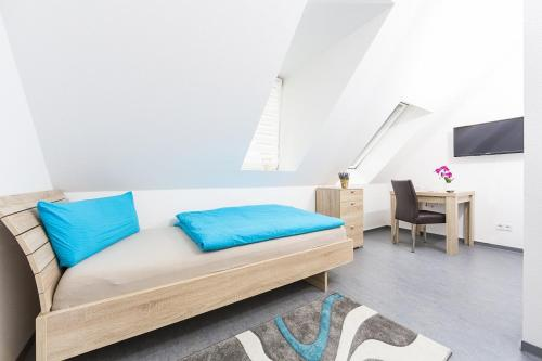 A bed or beds in a room at Boardinghouse Montago Mannheim