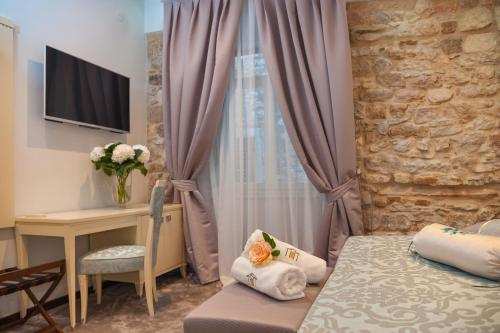 A television and/or entertainment center at Heritage Hotel Antique Split