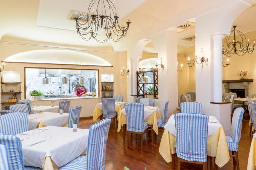 A restaurant or other place to eat at La Taverna del Leone