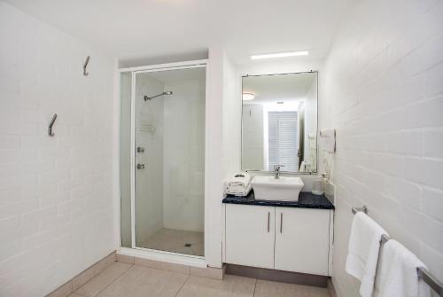 A bathroom at Noosa International Resort